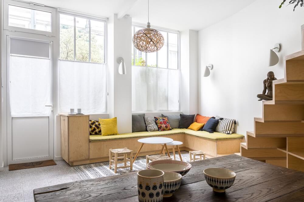 Hình ảnh phòng khách phong cách tối giản được trang trí với gối tựa màu sắc