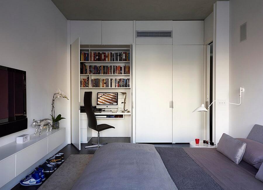 Cận cảnh góc làm việc trong phòng ngủ tích hợp với tủ quần áo màu trắng