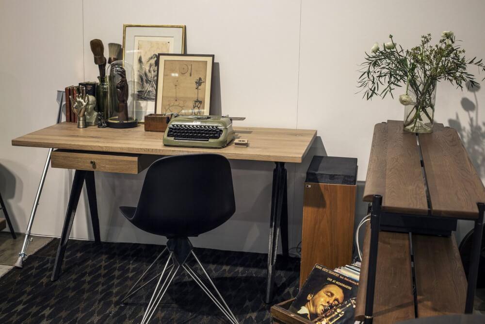 Hình ảnh cận cảnh bàn gỗ có thể gấp gọn, ghế ngồi êm ái kiến tạo góc làm việc tại nhà