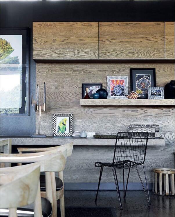Cận cảnh hệ kệ nổi gắn tường màu xám có thể trở thành góc làm việc tại nhà