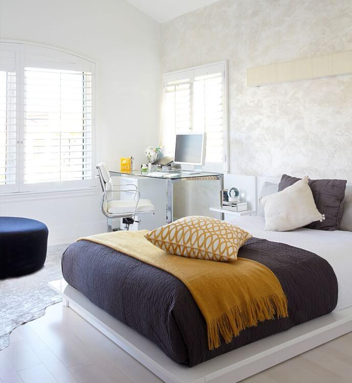 Hình ảnh toàn cảnh phòng ngủ hiện đại với giường nệm màu trắng, cạnh đó là bàn làm việc cùng tông màu