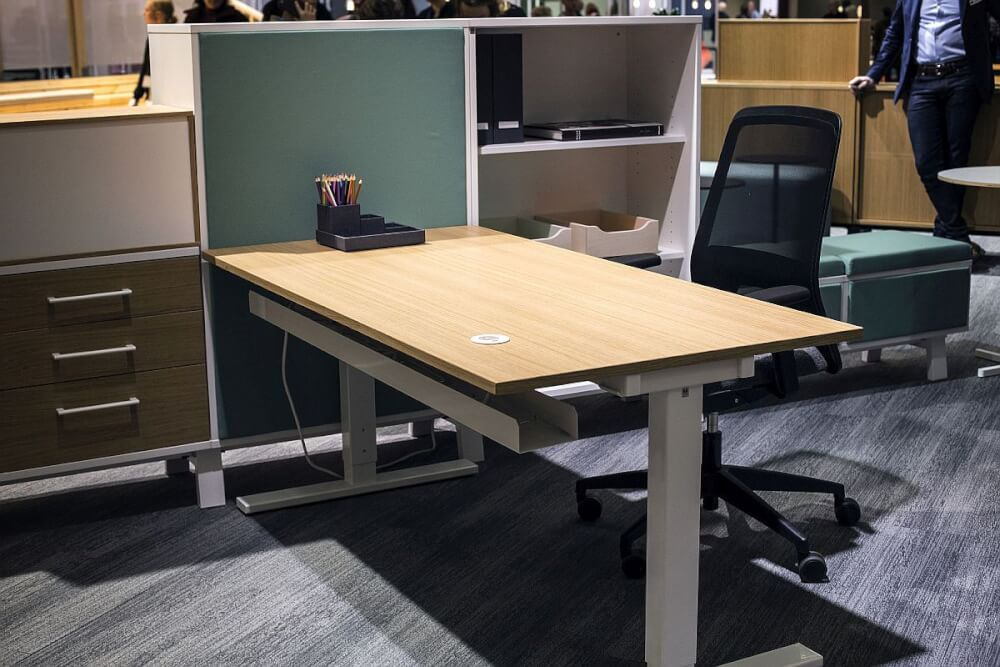 Hình ảnh cận cảnh bàn làm việc mặt gỗ màu sáng
