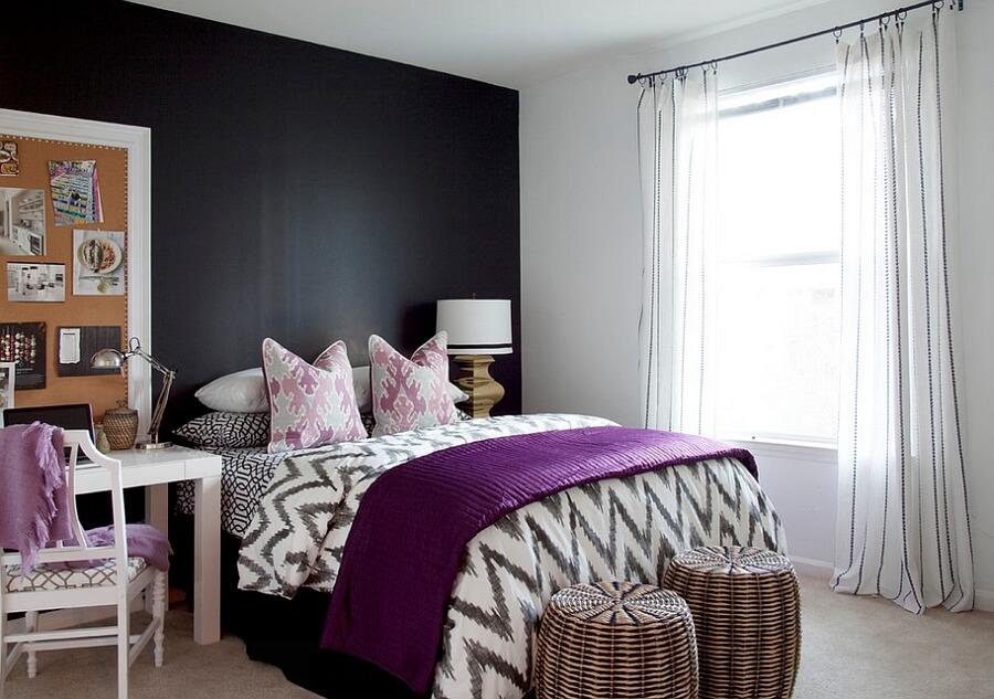 Hình ảnh bàn ghế màu trắng nhỏ gọn kê cạnh giường ngủ