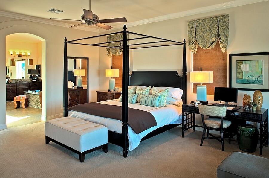 Hình ảnh toàn cảnh phòng ngủ với giường khung màn gỗ màu đen, quạt trần cổ điển, bàn đầu giường là góc làm việc