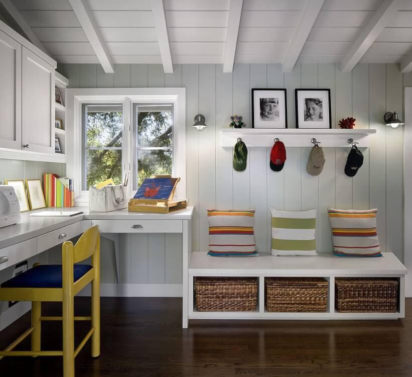Hình ảnh góc làm việc thoáng sáng với tông màu trắng chủ đạo, điểm nhấn là ghế màu vàng chanh