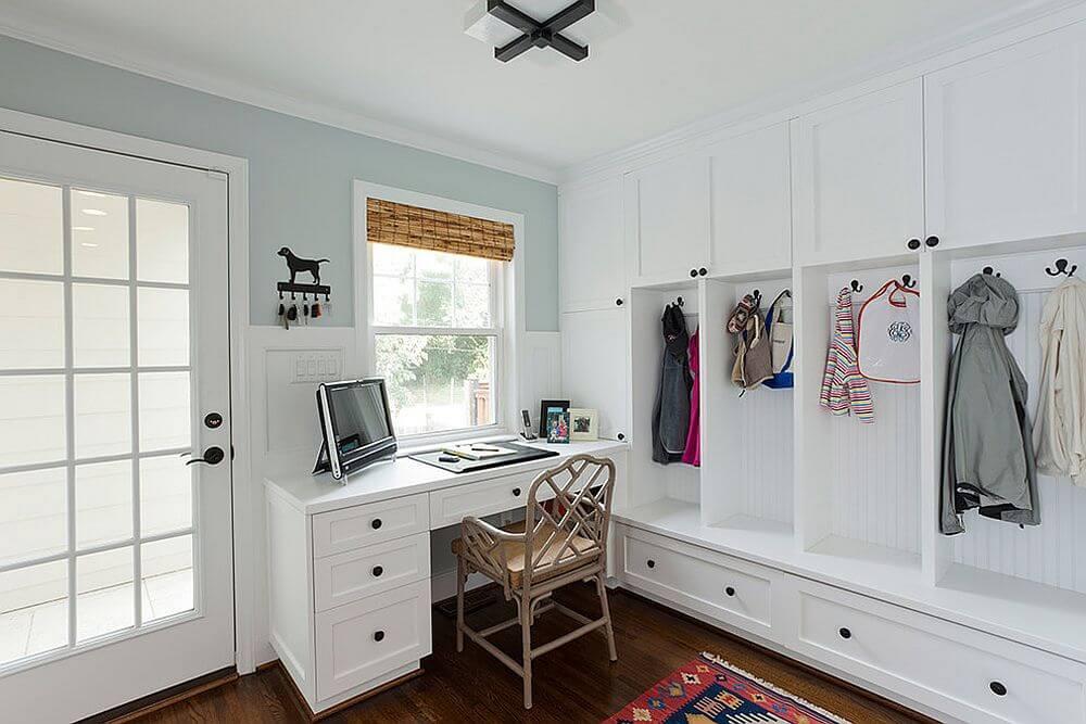 Hình ảnh góc làm việc cạnh lối vào với bàn ngăn kéo màu trắng