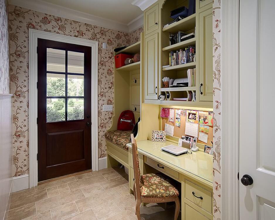 Hình ảnh cận cảnh lối vào nhà tích hợp góc làm việc, giấy dán tường họa tiết hoa lá, góc ngồi thư giãn