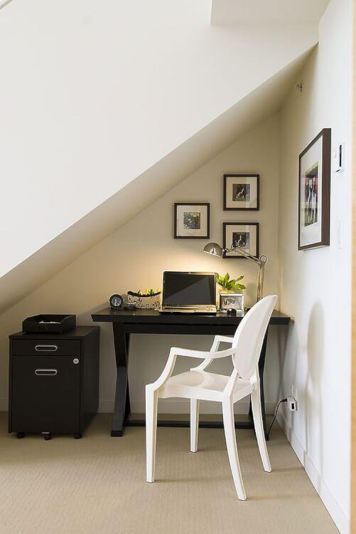 Hình ảnh cận cảnh góc làm việc dưới gầm cầu thang với bàn ghế ấn tượng