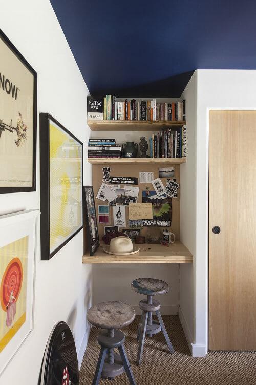 Cận cảnh văn phòng tại gia ở hốc tường phòng ngủ với kệ gỗ treo tường, tranh trang trí bắt mắt