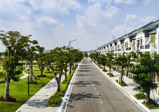 Theo báo cáo nghiên cứu hành vi người tiêu dùng của McKinsay, nhiều người mua nhà sẵn sàng chọn chọn sống xa trung tâm thành phố lớn vài phút để có được không gian sống xanh, trong lành, tốt cho sức khỏe. Còn theo công ty tư vấn nghiên cứu thị trường JLL, nhu cầu với bất động sản chủ yếu đến từ người mua để ở, muốn tìm nhà rộng rãi, riêng tư, an ninh với nhiều cây xanh và môi trường sạch sẽ.