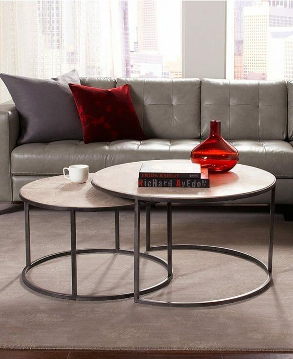 Hình ảnh cận cảnh mẫu bàn cà phê tròn đôi màu xám, chân kim loại