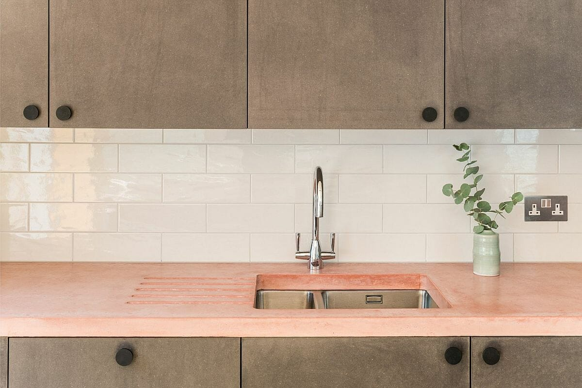 hình ảnh góc phòng bếp lạ mắt với bề mặt bàn bếp màu hồng pastel.