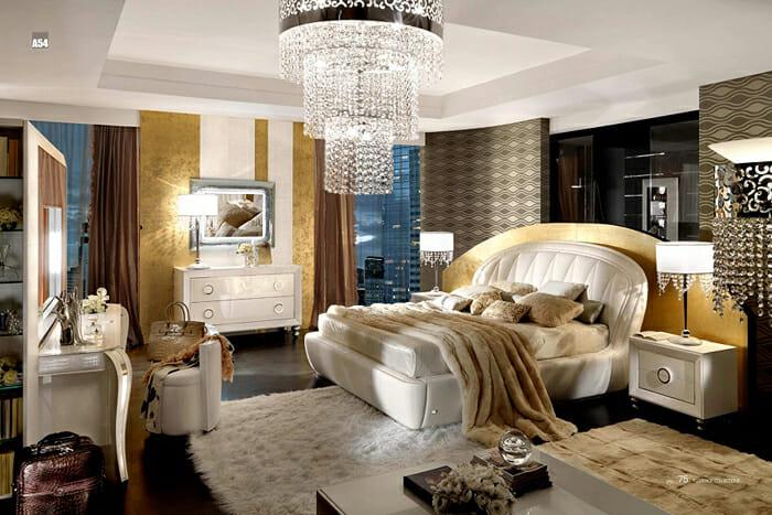 Hình ảnh phòng ngủ sang trọng với điểm nhấn là đèn chùm pha lê lớn