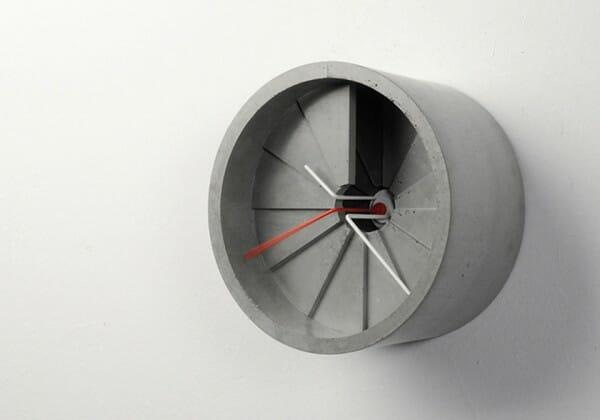 hình ảnh cận cảnh mẫu đồng hồ treo tường bằng bê tông đúc hình cầu thang xoắn ốc