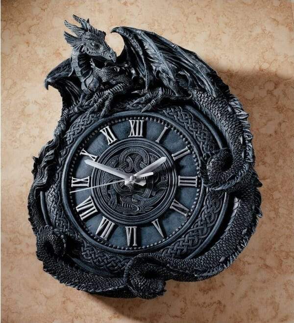 cận cảnh mẫu đồng hồ màu xám đen với hình ảnh rồng bao quanh