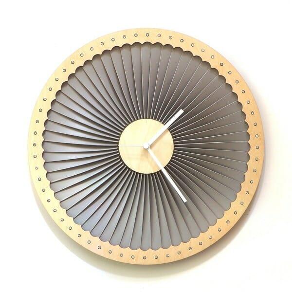 hình ảnh mẫu đồng hồ lấy cảm hứng từ tuabin máy bay với khung viền màu vàng đồng, trong màu xám