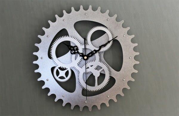 hình ảnh cận cảnh mẫu đồng hồ treo tường hình bánh răng cưa