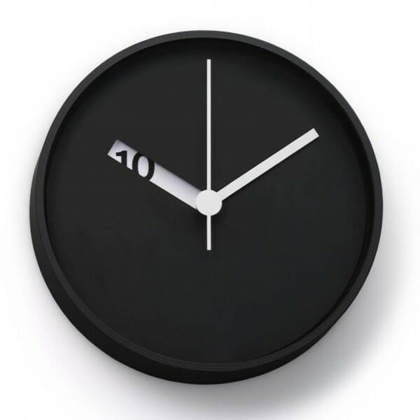 hình ảnh đồng hồ treo tường màu đen tuyền, kim màu trắng, lỗ cắt để lộ con số