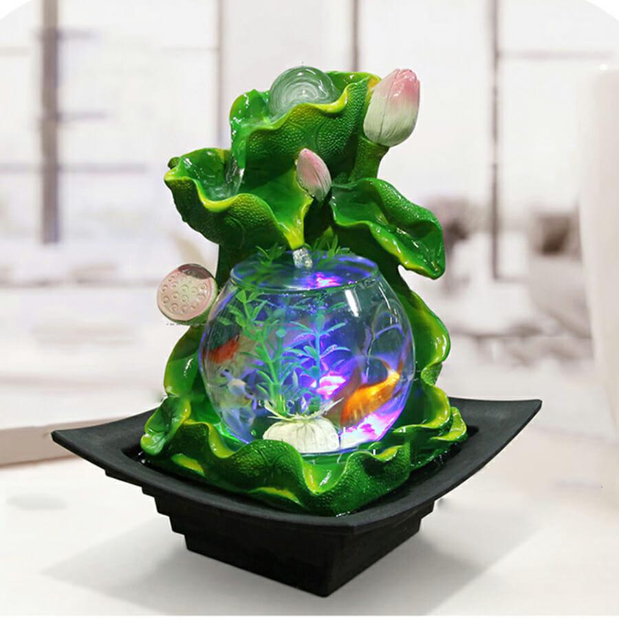 Bể cá mini có thác nước vừa làm đẹp cho không gian làm việc vừa hợp phong thủy.