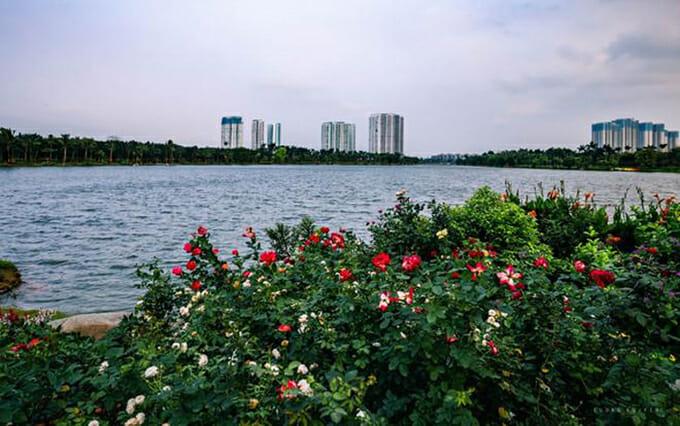 Tổ hợp công viên, hồ cảnh quan bao quanh Sky Oasis sở hữu hàng trăm vườn hoa, đồi cảnh quan, vườn dưỡng sinh, khu vui chơi và vận động cho trẻ nhỏ, vườn chim. Đâylà nơi sốngcủa hàng nghìn cá thể thiên nga, vịt trời, bồ nông và các loài chim.