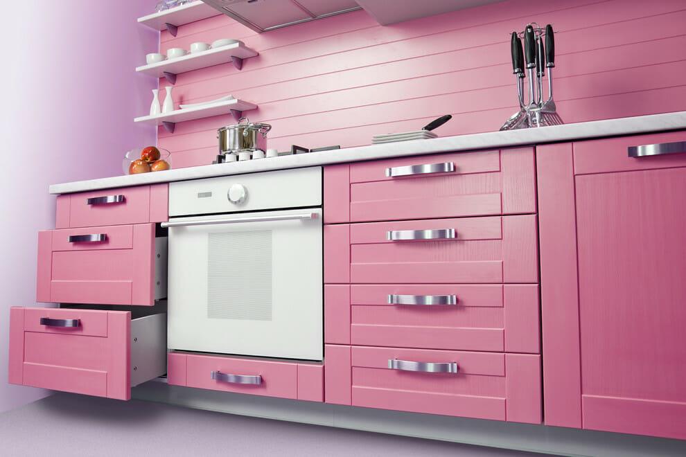 hình ảnh cận cảnh một góc phòng bếp mùa hè màu hồng phấn