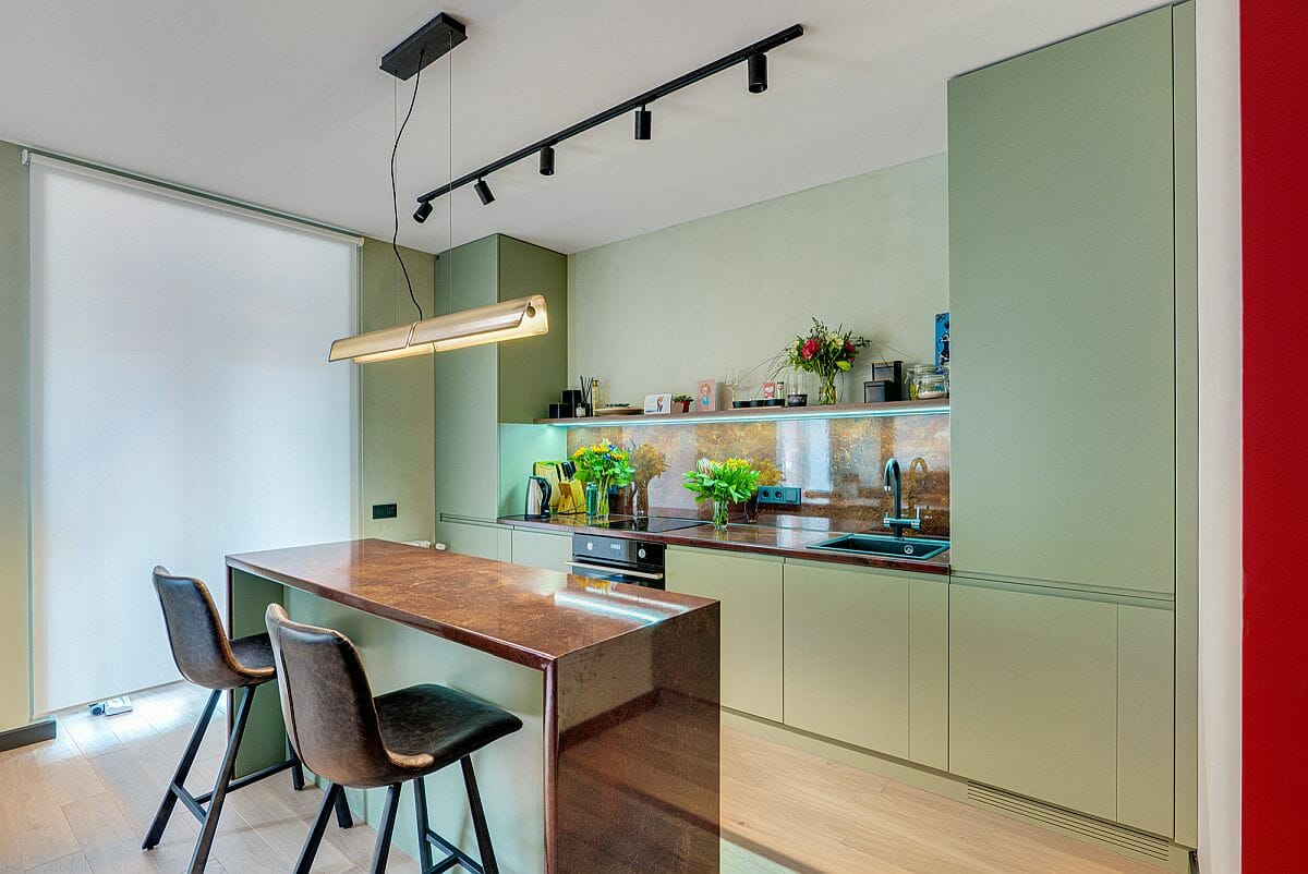 hình ảnh phòng bếp màu trắng chủ đạo, tủ bếp màu xanh lá nhạt