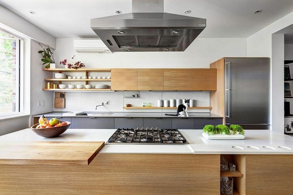 hình ảnh phòng bếp mùa hè phong cách tối giản với màu trắng xám chủ đạo, tủ kệ gỗ mộc mạc