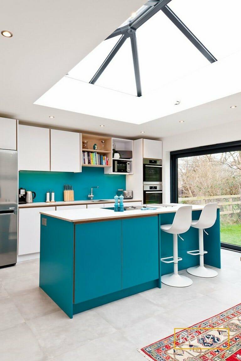 hình ảnh toàn cảnh phòng bếp mùa hè màu xanh lam, xanh lục