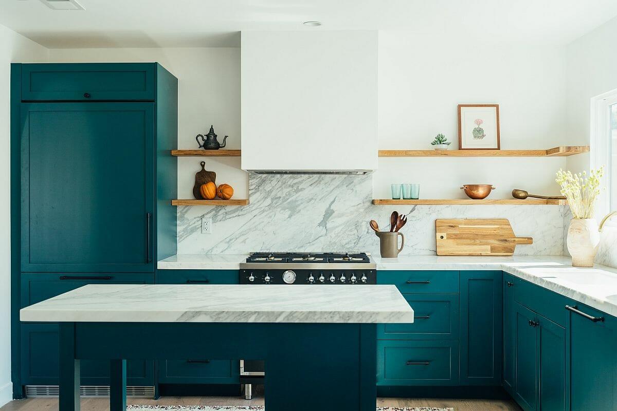 hình ảnh phòng bếp với tủ màu xanh dương, bề mặt bàn bằng đá cẩm thạch trắng sang trọng