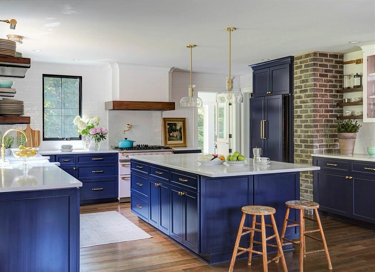 hình ảnh bên trong phòng bếp phong cách trang trại với hệ tủ màu xanh coban