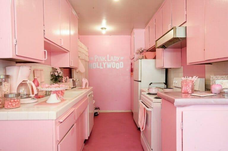 hình ảnh phòng bếp tông màu hồng nhạt nhẹ nhàng