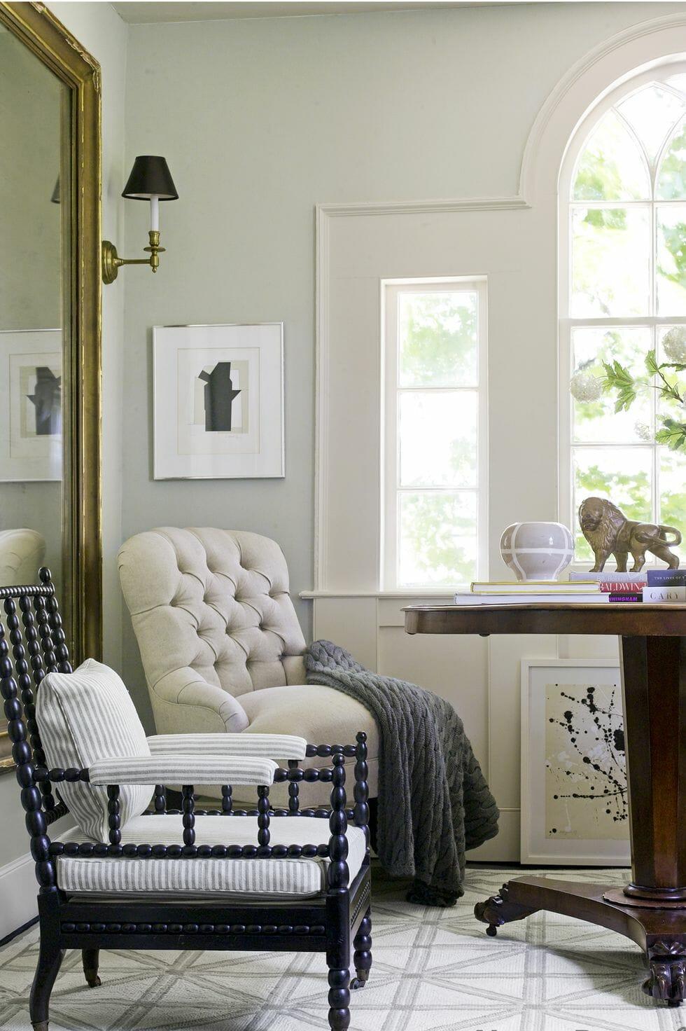 hình ảnh góc thư giãn bên cửa sổ kính lớn với ghế bành, sơn tường màu xanh xám, chăn màu rêu