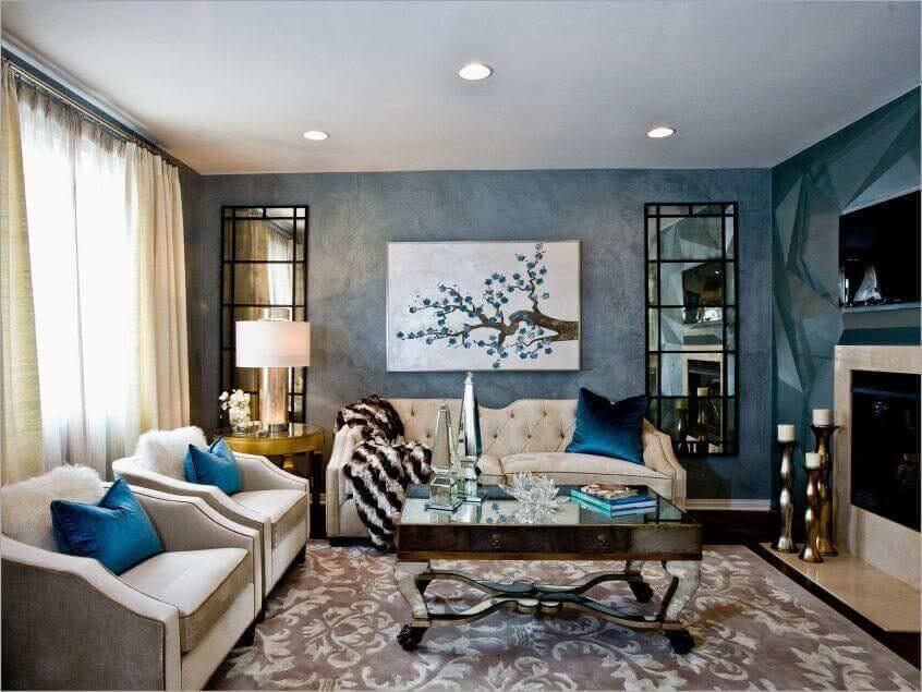 hình ảnh mẫu thiết kế phòng khách phong cách Art Deco với thảm trải họa tiết hoa lá, ghế sofa màu be nhã nhặn, rèm cửa 2 lớp, tranh treo tường