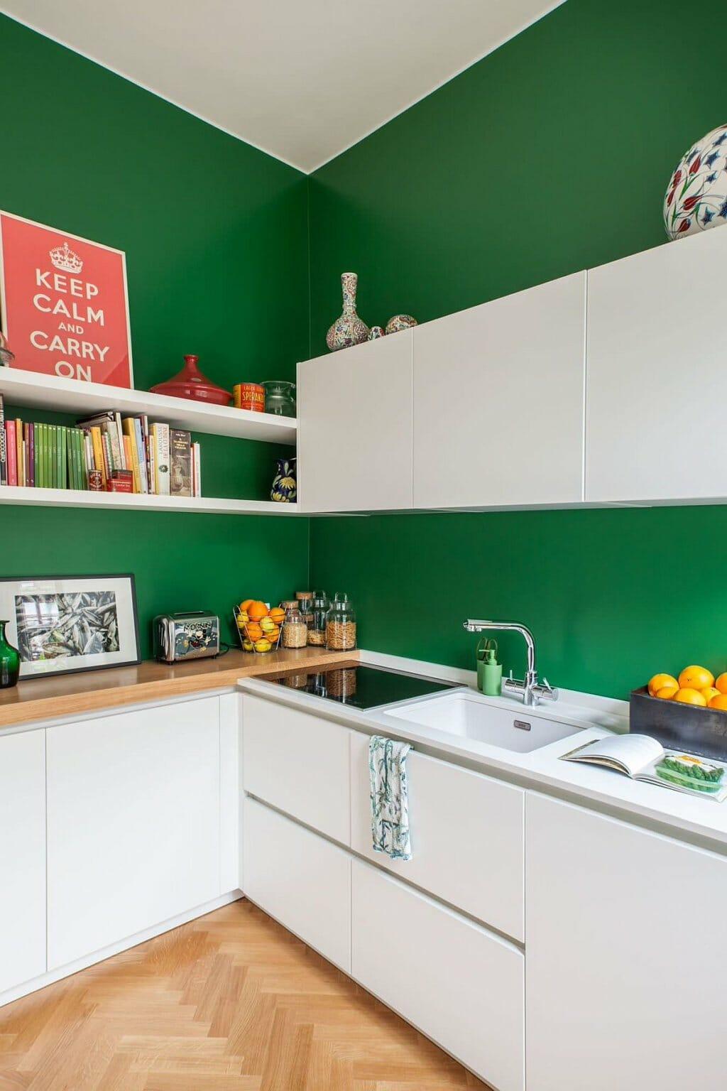hình ảnh một góc phòng bếp phong cách Bắc Âu với tường sơn màu xanh lá cây đậm nổi bật