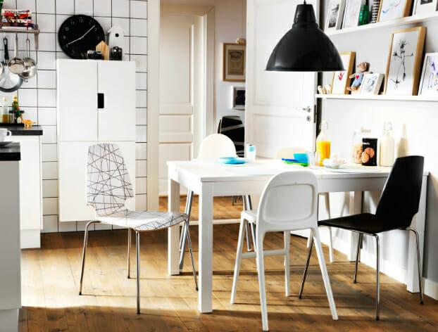 hình ảnh phòng ăn nhỏ màu đen, trắng chủ đạo, bàn ghế đơn giản, thấp nhỏ