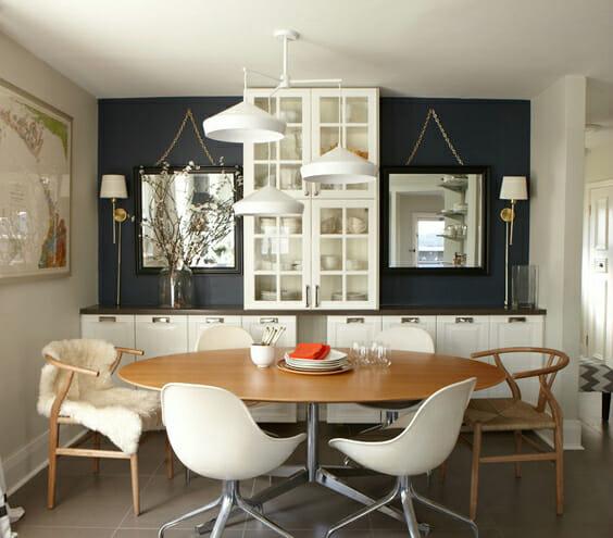 hình ảnh phòng ăn nhỏ với bàn gỗ bầu dục, đèn chùm màu trắng lạ mắt