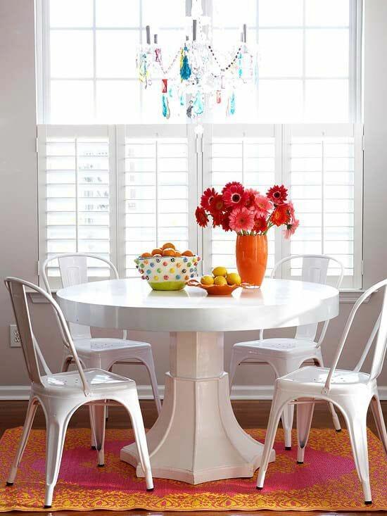 hình ảnh phòng ăn sử dụng bàn tròn màu trắng, đèn chùm pha lê màu sắc