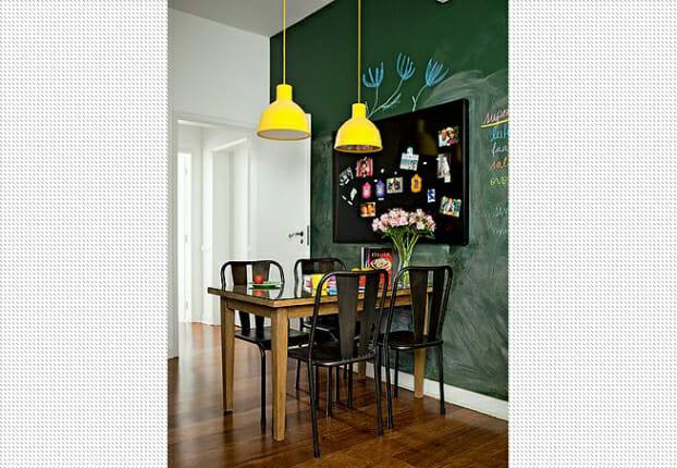hình ảnh phòng ăn nhỏ tông màu trắng sáng chủ đạo, nổi bật với bức tường sơn xanh lá.