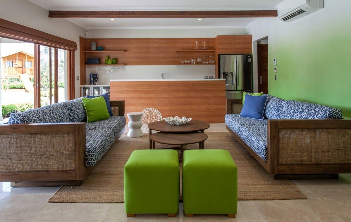 hình ảnh phòng khách kết hợp giữa màu xanh lá và nội thất gỗ mộc mạc