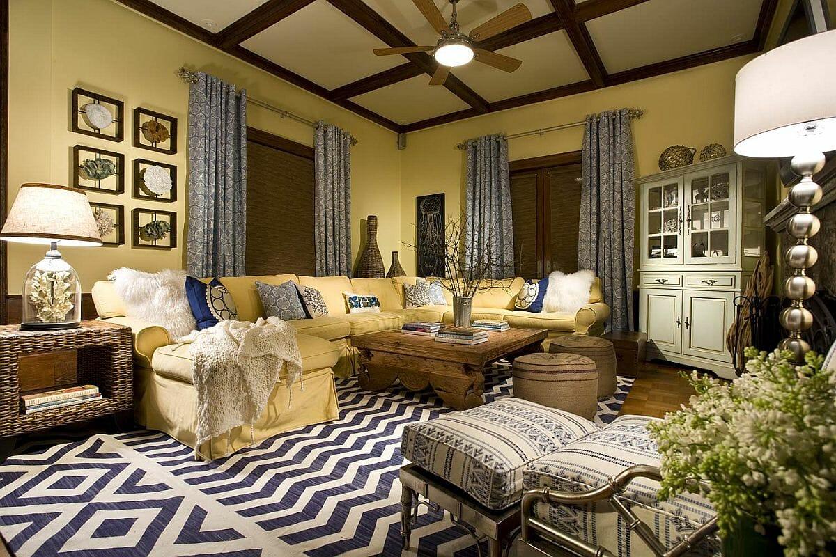 Hình ảnh phòng khách sử dụng màu vàng nhạt chủ đạo cho tường, ghế sofa, thảm trải và gối tựa màu xanh nước biển