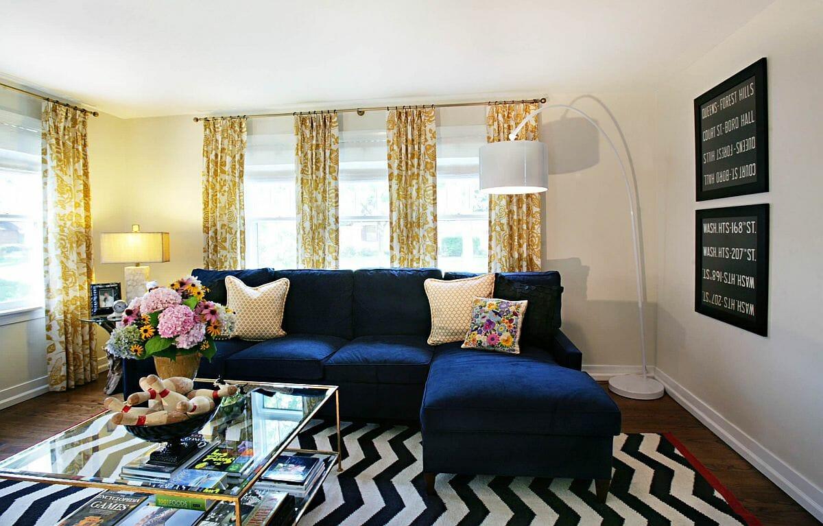 hình ảnh rèm cửa hoa văn màu vàng tươi sáng trong phòng khách mùa hè