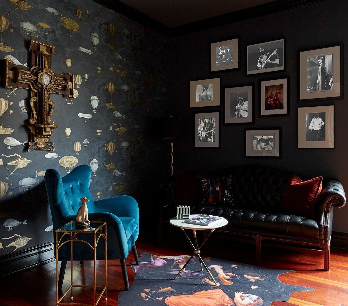 hình ảnh mẫu phòng khách phong cách chiết trung ấn tượng với giấy dán tường họa tiết vàng, ghế bành màu xanh da trời