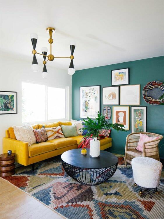hình ảnh phòng khách nổi bật với ghế sofa màu vàng chanh tươi sáng
