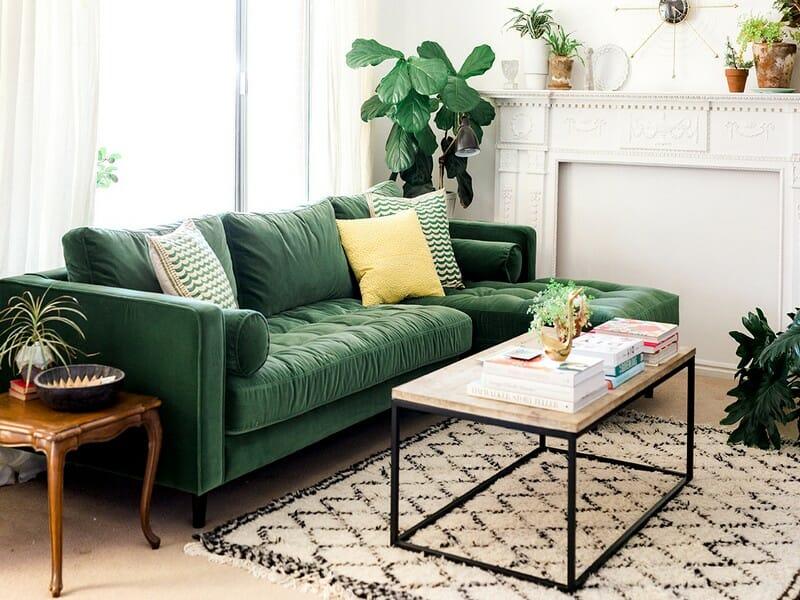 hình ảnh góc phòng khách màu trắng nổi bật với sofa màu xanh lá đậm