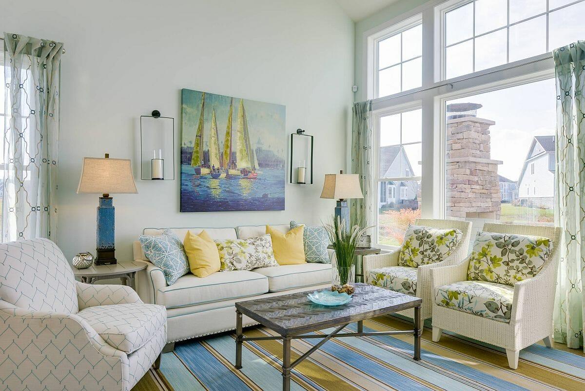 hình ảnh phòng khách mùa hè phong cách bãi biển với tường xanh bạc hà, gối tựa và đệm ngồi họa tiết hoa lá tinh tế