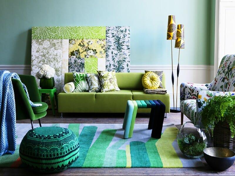 hình ảnh phòng khách mùa hè được trang trí với họa tiết lá cây nhiệt đới từ ghế bành, tranh tường, thảm trải