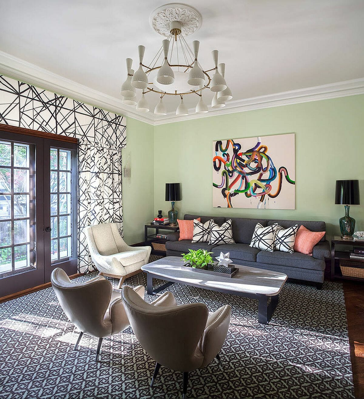 hình ảnh toàn cảnh phòng khách hiện đại, thoáng sáng với điểm nhấn là bức tường màu xanh bạc hà, tranh treo tường trừu tượng