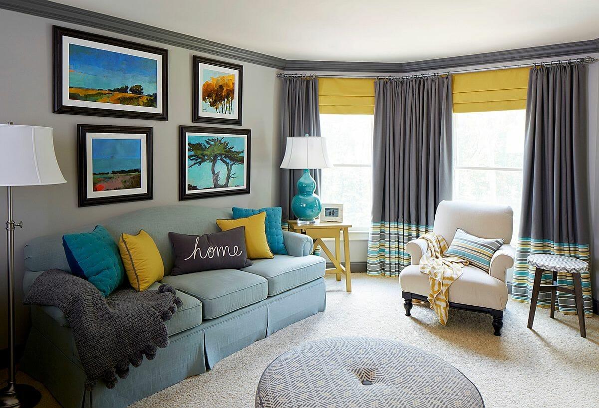 hình ảnh phòng khách hiện đại với những điểm nhấn trang trí màu vàng xanh từ tranh treo tường, gooisi tựa, rừm cửa...