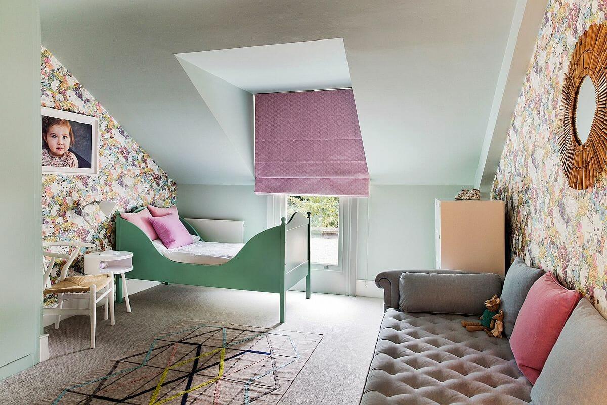 hình ảnh phòng ngủ con gái màu xanh ngọc chủ đạo, giấy dán tường họa tiết hoa