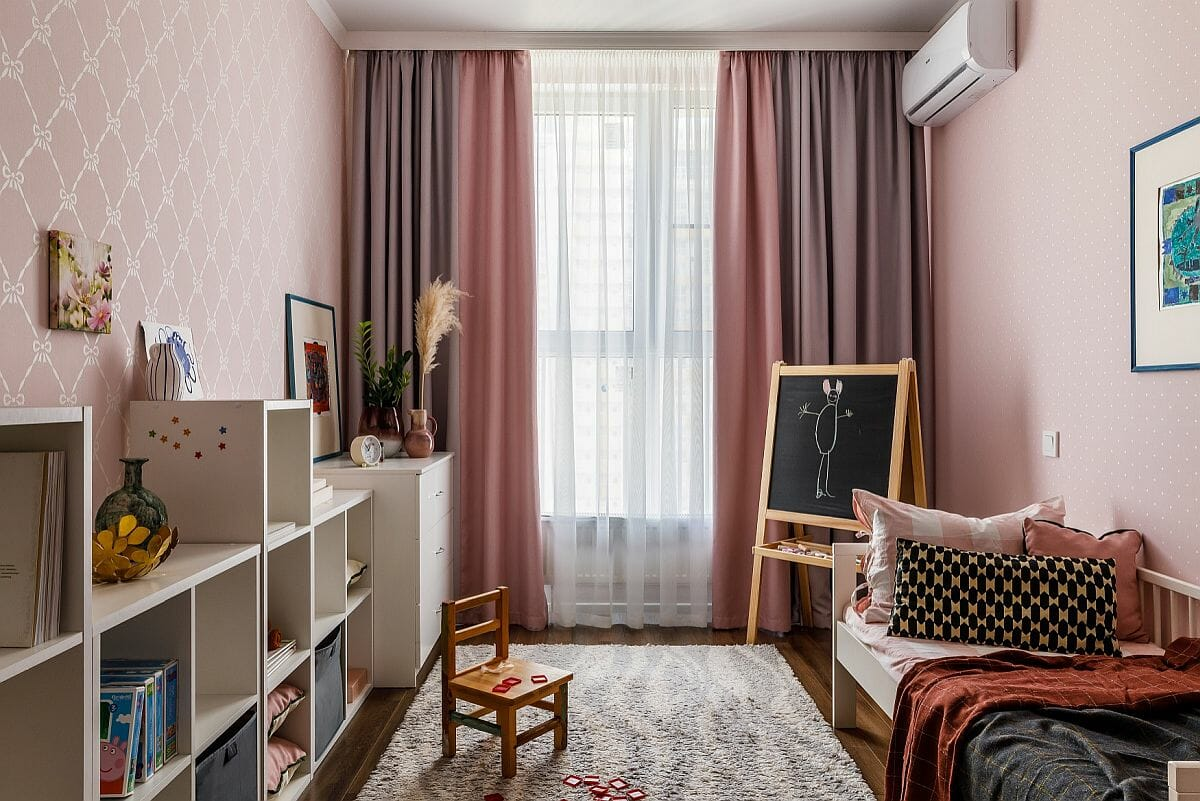 hình ảnh mẫu phòng ngủ hiện đại dành cho các cô gái trẻ với rèm cửa màu hồng xám, cùng tông với giấy dán tường